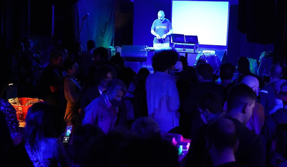Uctumi en el escenario con público